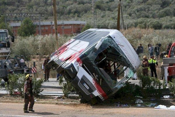 Six die in Spain tour-bus crash